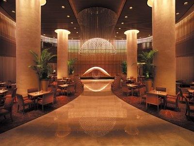 D:ザ・ペニンシュラ東京 ペアディナーお食事券(¥5800相当)。東京ディズニーリゾートから無料シャトルバスで約15分のパームテラスホテル(写真上)、またはファウンテンテラスホテルの4人まで宿泊可能なスタンダードルーム宿泊券(食事別)をプレゼント。宿泊可能な期間は10年3/31(水)(除外日あり)までの1泊分