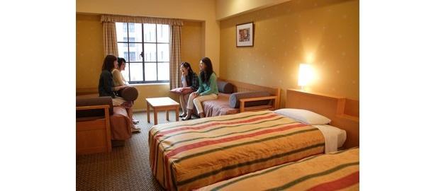 E:パーム&ファウンテンテラスホテル 宿泊券。東京ディズニーリゾートから無料シャトルバスで約15分のパームテラスホテル(写真上)、またはファウンテンテラスホテルの4人まで宿泊可能なスタンダードルーム宿泊券(食事別)をプレゼント。宿泊可能な期間は10年3/31(水)(除外日あり)までの1泊分