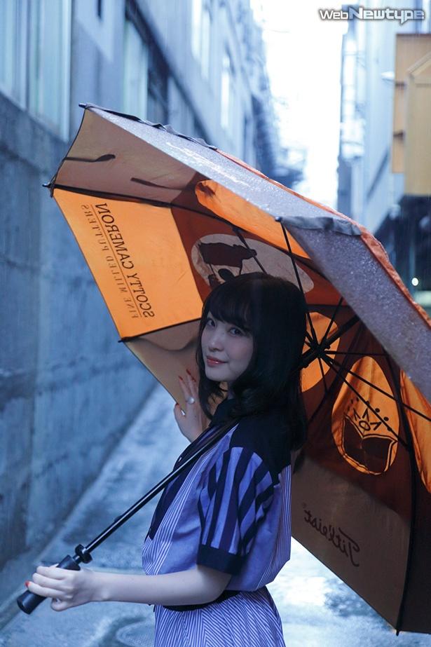 上田麗奈フォトコラム・昼間の暗がりに煌々と灯る色