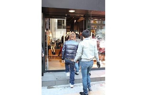 オープン後、店内に続々と入店する人たち