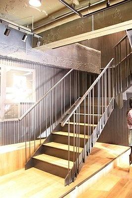 無骨な階段を上ると、メンズフロアへ
