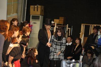 客席の素人さんをエスコートして舞台に上げる諸星さん