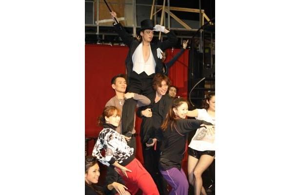 諸星さんとダンサーたちがアクロバティックなダンシング!