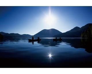 透明度が高く美しい湖の背景には、くちびるの形に見える天望山が…この場所は?