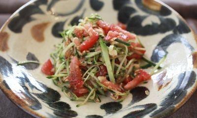 荒く潰した「柿の種」をパパイヤサラダにまぶした「タイ風パパイヤサラダ」