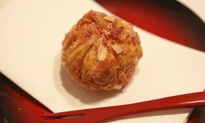 クリームチーズを潰したカボチャ(またはサツマイモ)と砕いた「柿の種」で包んだ「スイート柿の種チーズ」