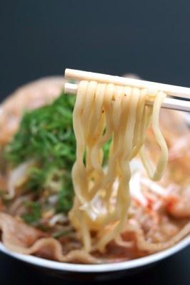豚バラの甘みが染み込んだ豚骨醤油スープと喉ごしも楽しめる極太麺が相性抜群