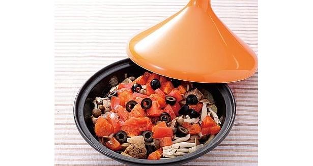 赤い色がテーブルを華やかにしてくれる「豚肉のトマト煮こみ」。トマトを崩しながらソースにして食べよう