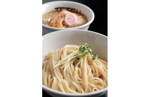 東京のつけ麺界を代表する有名店「つけめん TETSU」では、豚骨ベースの動物系×煮干し・カツオ節など魚介系のWスープが人をトリコにさせる「つけめん」(750円)が味わえる