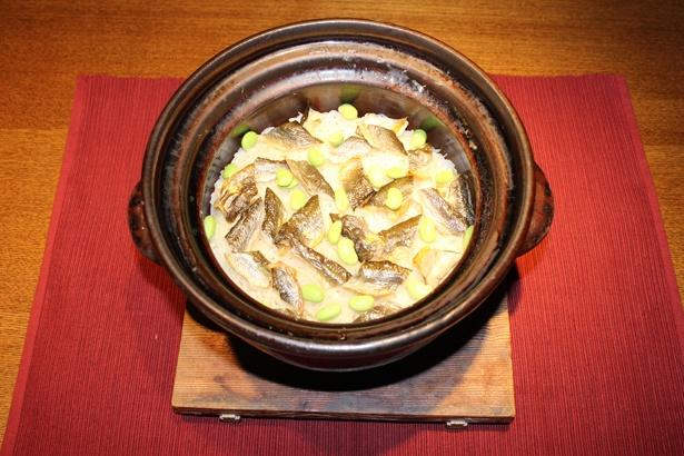 【写真を見る】「賛否両論 名古屋」の「天然郡上鮎と新生姜の炊き込みご飯」
