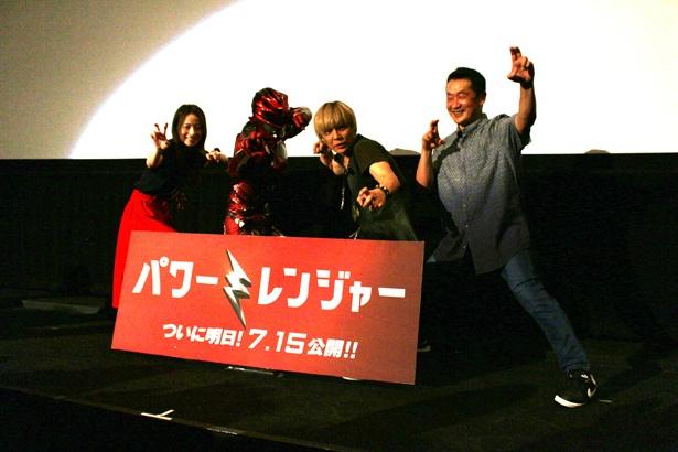 登壇者による機縁撮影。主演俳優?と思わせるほど坂本監督のポーズが決まっている!
