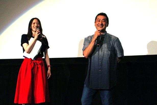【写真を見る】レッドレンジャーとお揃いの赤で決めたMC・宮島咲良と、ワールドワイドに活躍する坂本浩一監督