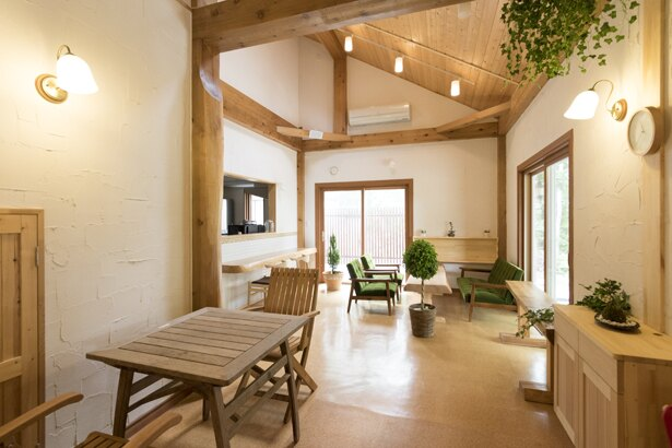 ソファ席やカウンターもある店内のカフェスペース。