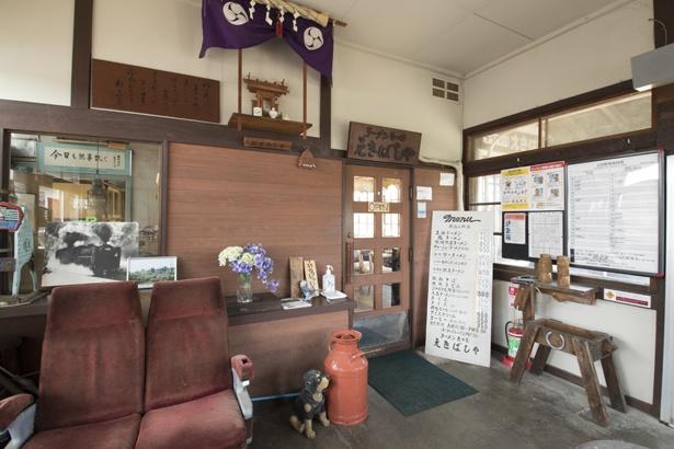 店の入り口です。左側にはかつての客車のイスと、切符を販売した名残の窓口が残る。