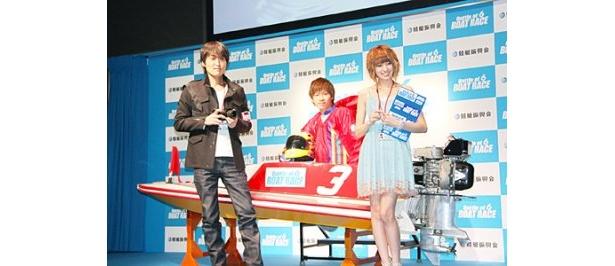 競艇振興会の新CM「2010 BOAT RACE」会見に出席した千原ジュニア、岡崎恭裕選手、南明奈(左から)