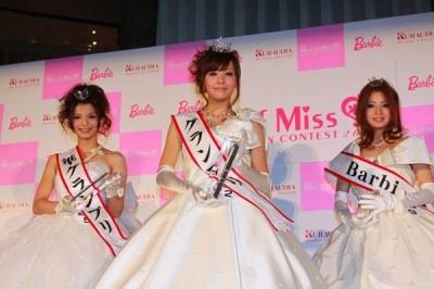左から準グランプリの齋藤由佳さん、グランプリの小松愛唯さん、Barbie賞の樋野千美さん