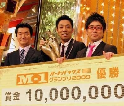 「M-1グランプリ2009」の王者に輝いたパンクブーブーと、大会委員長の島田紳助さん。ファイナルでのパンクブーブーのネタには「審査員も納得でしょう」と太鼓判