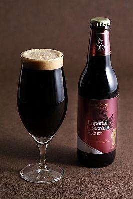 """「インペリアルチョコレートスタウト」(630円)は""""チョコレートモルト""""を含むすべての原料を通常の黒ビールの2.5倍以上使用したビール。アルコールも8.5%と高い"""