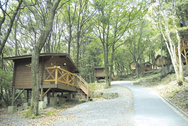 「サンビレッジ茜」は、レストランやバンガロー、テントサイト、水遊び場などを完備する