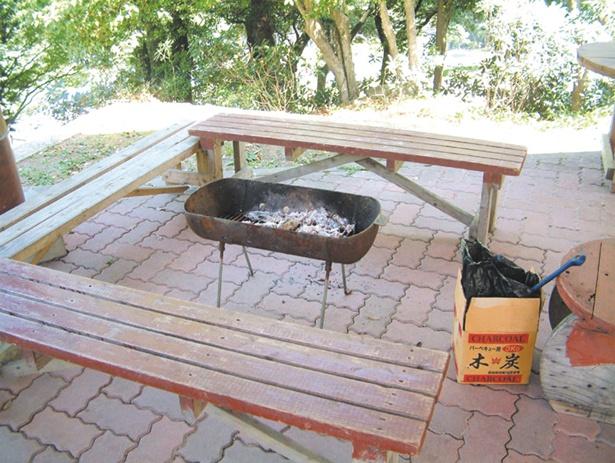 「BBQセット」(1人前1550円~)。コンロ、網、炭が付く。初夏から秋まで多くの人でにぎわう