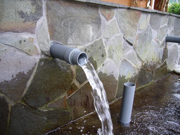 「うきは果樹の村 やまんどん」の敷地内ある水汲み場では、容器を持参すると100円で耳納の清洌な湧水を持ち帰ることができる