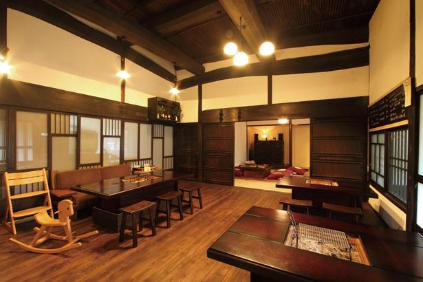 「里楽 Relaxu」では、暖炉裏を設けた和室で、ランチや甘味を楽しめる