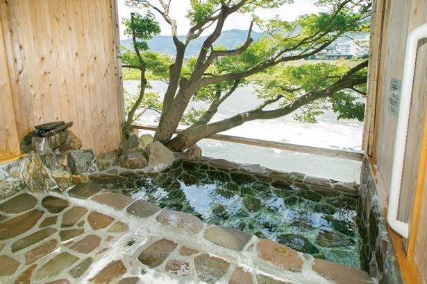 「筑後川温泉 ふくせんか」の貸切風呂「四の姫 岩」。4室の貸切風呂は、それぞれヒノキやタイル、石など趣向が異なる造り