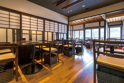 築100年以上の京町家を改装。カフェはテーブル席のみの落ち着いた空間/ベル アメール 京都別邸
