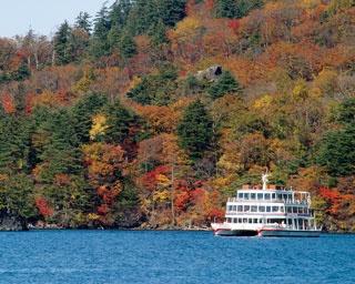 国立公園に指定されている大型二重カルデラ湖。山々が燃えるように染まる光景は格別