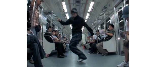 地下鉄の中でもダンス開始。乗客の迷惑にならないように!