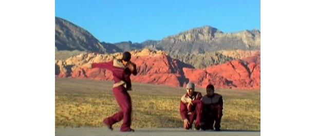 雄大な山脈を背景にダンス!