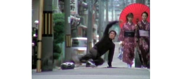 日本の路地でもダンス