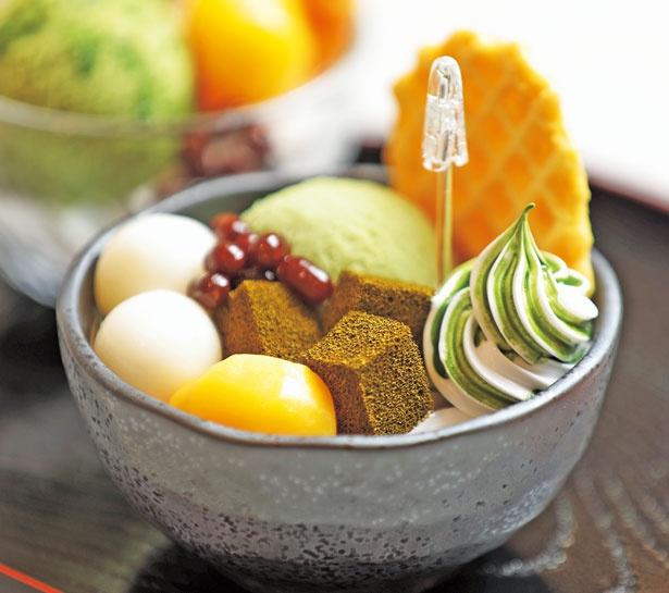 こちらは食品サンプル。まるで本物のパフェ?完成後はメモスタンドに/でざいんぽけっと 京都タワーサンド店