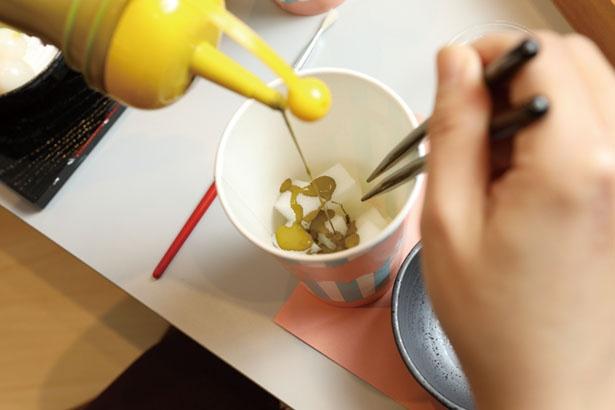 抹茶カステラになるスポンジをカットして絵の具で色付け/でざいんぽけっと 京都タワーサンド店