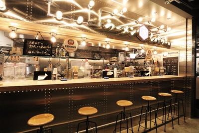 店頭は6席のみなので、混雑時は共用部のテーブル席を利用して/京都千丸 しゃかりき murasaki