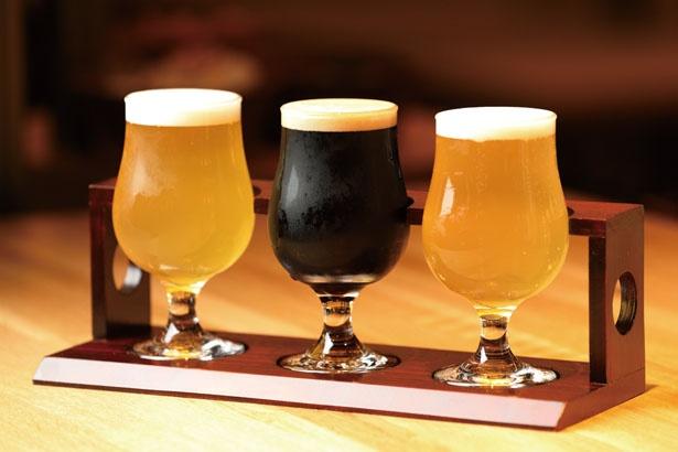 「京都醸造 飲み比べSET」(980円)。セゾンビールの「一期一会」(左)など、外国人が立ち上げた京都醸造の3種が一度に味わえる/KYOTO TOWER SANDOバル