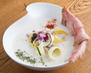 フワフワの新感覚スープが特徴の「豚泡SOBA」(850円)