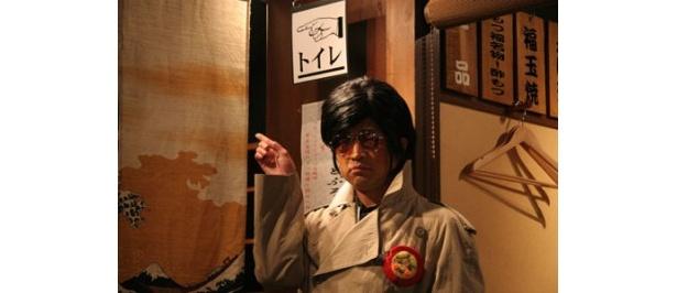 怪しげな指示を出す謎の男に扮する、大竹の怪演にも注目