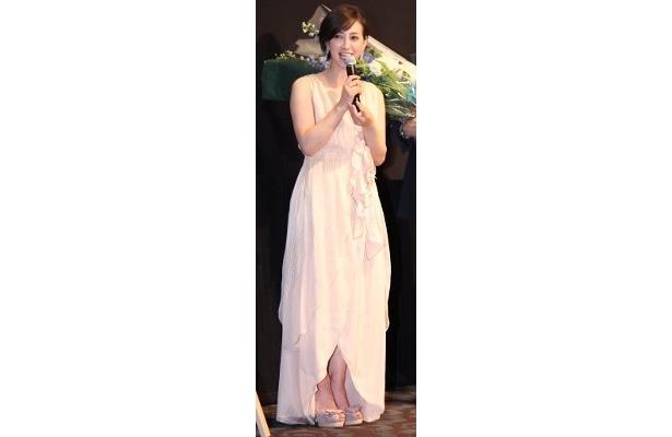 フェミニンなピンク色のドレスで登壇した滝川クリステル