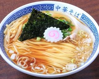 愛媛県産の媛っこ地鶏の鶏ガラの清湯に、高知県宿毛市の魚介を合わせたWスープが特徴の「中華そば」(780円)