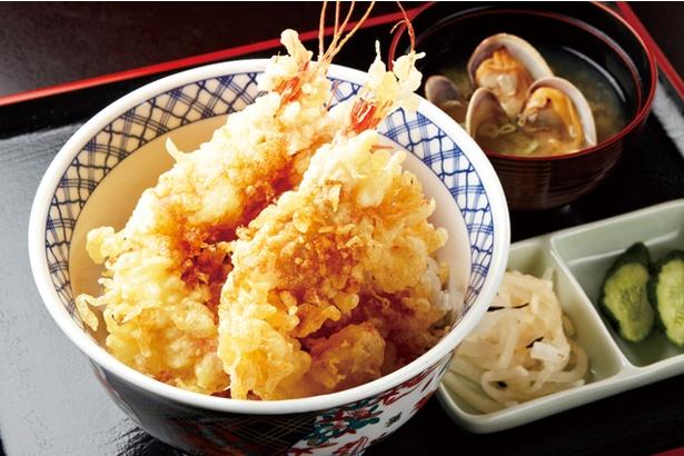 野付湾で水揚げされた旬の魚介を50余年、さまざまな料理で味わえます。これは期間限定の人気メニュー「しまえび天丼」(1300円)