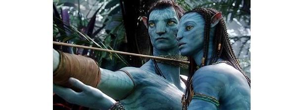 青い皮膚のキャラクターが縦横無尽に動き回る!