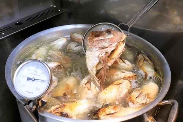 大阪中央卸売市場の鮮魚卸と提携した「麺のようじ 海」では、市場から届けられる鯛のアラなどをスープにする
