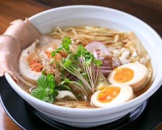 市場から届いたマグロの頭を使用したスープと鶏スープのWスープの「味玉しょうゆラーメン(鮪)」(850円)