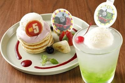 「うぬぼれやさんジェームスのいちごホイップパンケーキ♡」(写真左・850円)と「いたずら好きパーシーのはじけるメロンソーダ♪」(同右・600円)