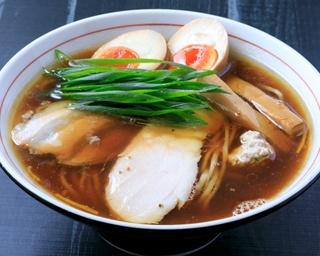 鶏ガラ、丸鶏を中心にした鶏を弱火で10時間以上かけてじっくり煮込んだ「鶏生醤油」(750円)