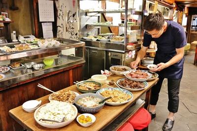 毎日の仕込みは、山田さんとベテランの料理人が数人がかりで行う