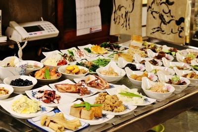 開店に合わせ、ズラリと並べられた小皿料理。皿の形によって250円、290円、350円、450円、470円の5種類がある