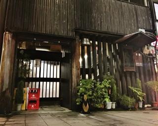 地元の客だけでなく、東京や大阪など遠方から出張で訪れた人も足を運ぶほどの人気店だ