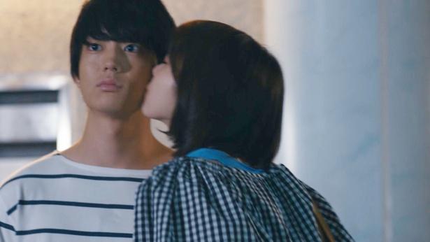 杏里(飯豊)が実(健太郎)にキス!
